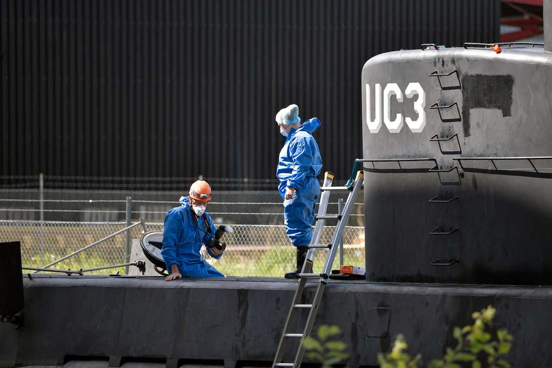 Polistekniker undersöker Peter Madsens ubåt Nautilus.