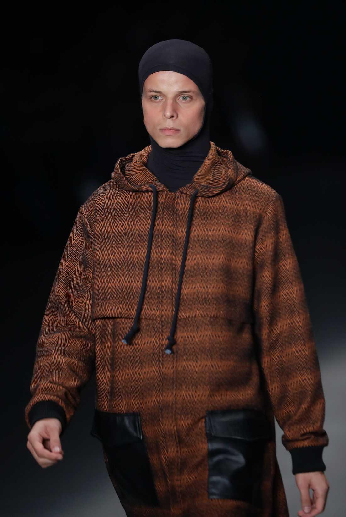 Modellen Tales Soares dog på catwalken under Sao Paulos modevecka.
