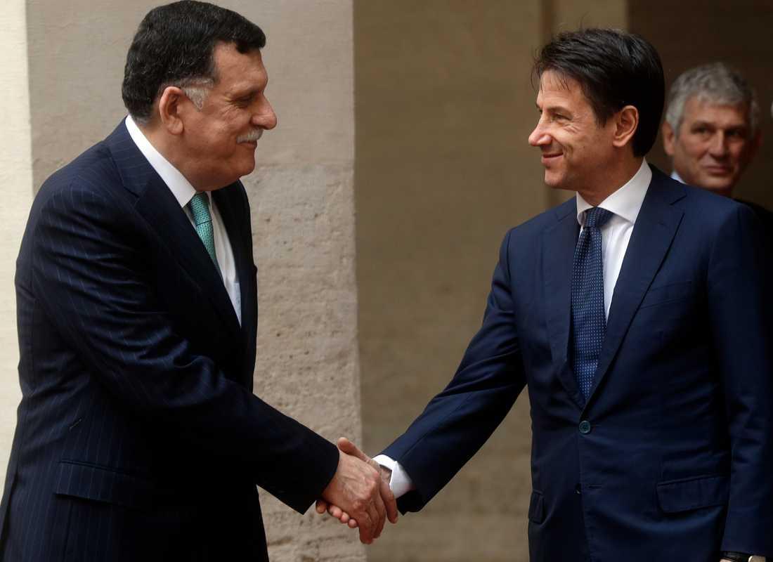 Libyens premiärminister Fayez al-Sarraj hälsar på Italiens dito Giuseppe Conte i Rom i oktober. Nu möts de igen i Palermo. Arkivbild.