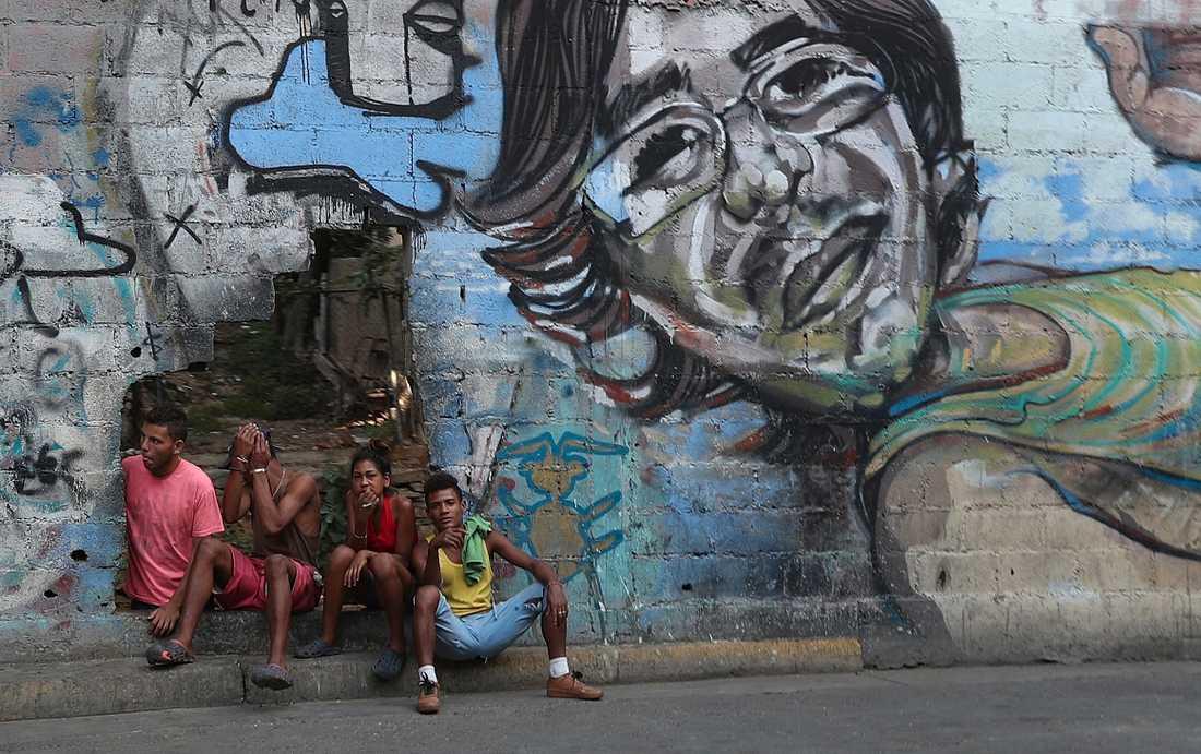 Ungdomar på en gata i Caracas. Krisen i deras land blir allt värre. Men nu kan förhandlingar vara på gång.