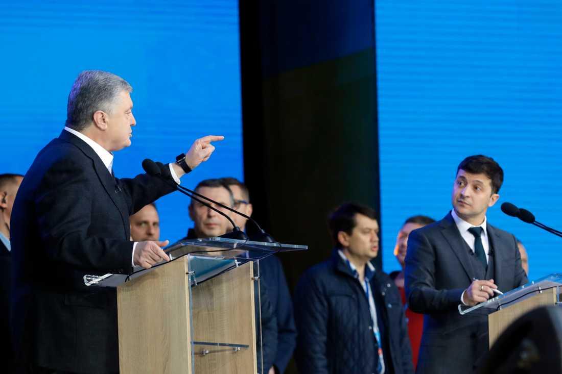 Kandidaterna Petro Porosjenko och Volodymyr Zelenskyj i fredagskvällens valdebatt.