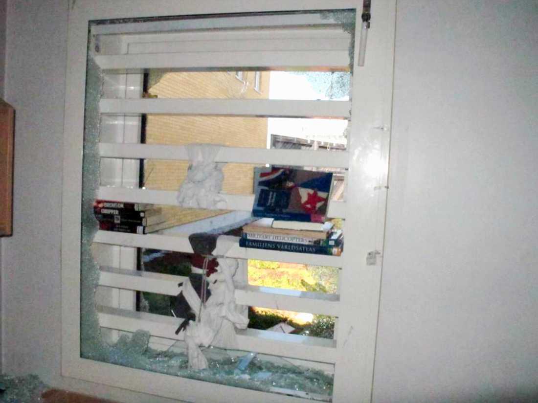 Det sönderslagna fönstret i cellen på anstalten Hall.