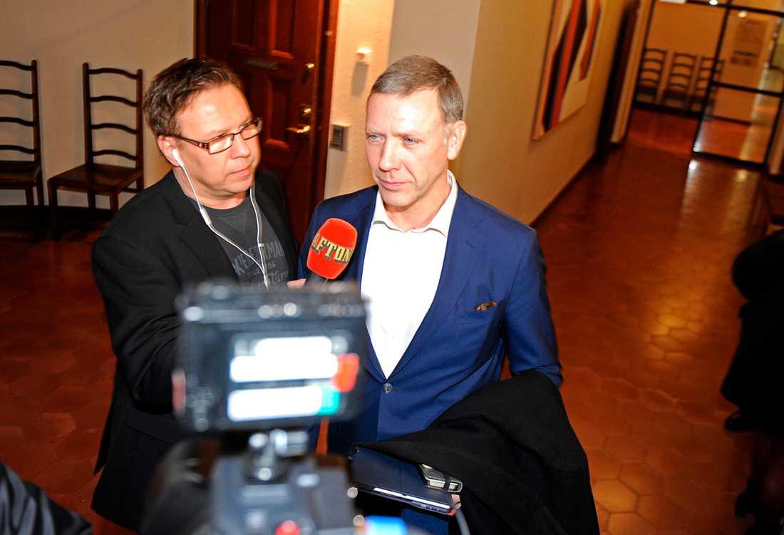 Mikael Persbrandt kommer till den tidigare rättegången vid Stockholms tingsrätt.