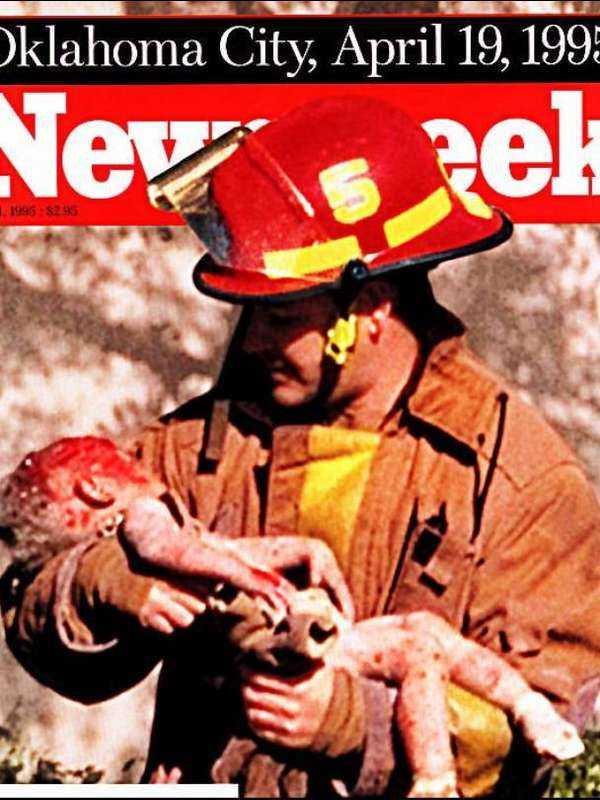 1 maj, 1995 Terroristen Timothy McVeigh parkerade en skåpbil fylld med sprängämnen framför Alfred P Murrah Federal Building i Oklahoma City den 19 april 1995. 168 människor dog och 650 skadades. Med den här starka bilden fångades terrorns verkan av Newsweek.