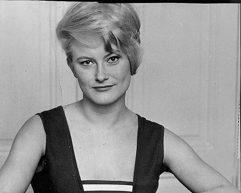 Monica Zetterlund 1962 PB: Den slokande hatten har återigen kommit upp på tapeten så Monicas stil här är helrätt nu också. Hennes stora dos attityd gjorde att hennes i övrigt något damiga klädsel ändå alltid andades rock´n´roll.  NJ: Monica Z var och lever kvar i minnet som en äkta stilförebild. Framför allt känns det som om 60-talet var en tidsepok helt i hennes smak, hon bar upp tidens trender med bravur. Jag är framför allt otroligt förtjust  i den lite längre pagen som hon har här, med gul hatt. Otroligt snyggt!