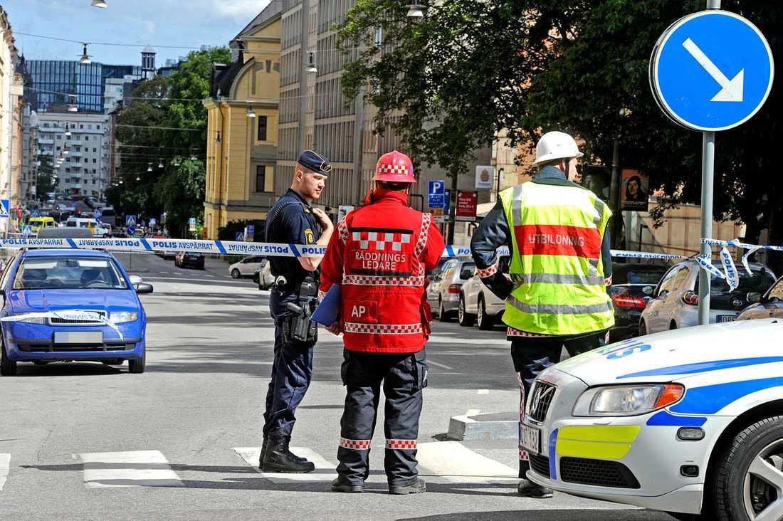 Pådrag vid polishuset på Kungsholmen.