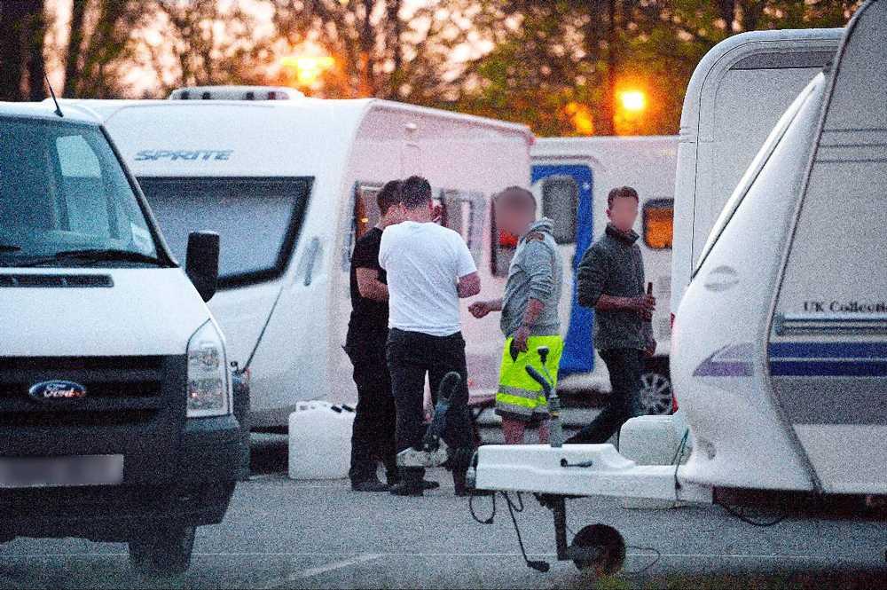 """""""VAD VILL NI?"""" När Aftonbladet besöker irländarna vid en nerlagd stugby intar de försvarsposition och vill inte uppge sina namn. """"Jaha, journalister. Ni har kommit för att skriva ännu mer skit om oss?"""" Männen på bilden är inte specifikt kopplade till polisens rapport."""