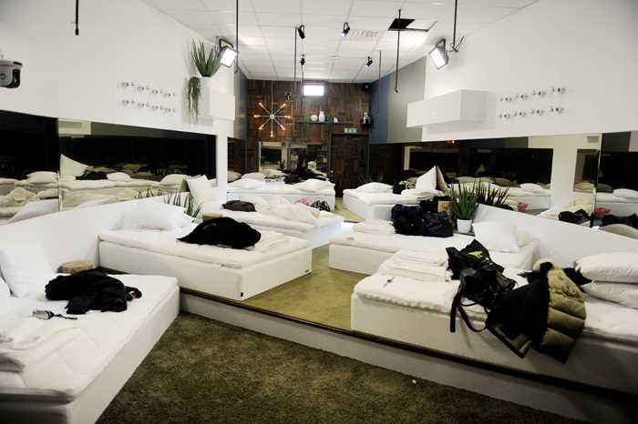 Sovrummet – åtta sängar men dubbelt så många deltagare. Receptet på bra skandal-tv.