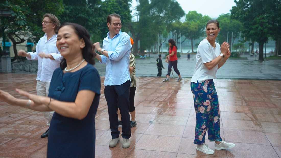 Kronprinsessparet morgondansar i Vietnam.