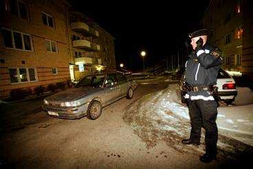 Här övermannades polismannen Den ensamme polismannen hotades med kniv av två biltjuvar när han försökte hindra ett inbrott i bilen till vänster. Tjuvarna tvingade ifrån honom hans polisbil. En massiv polisjakt startade omedelbart.