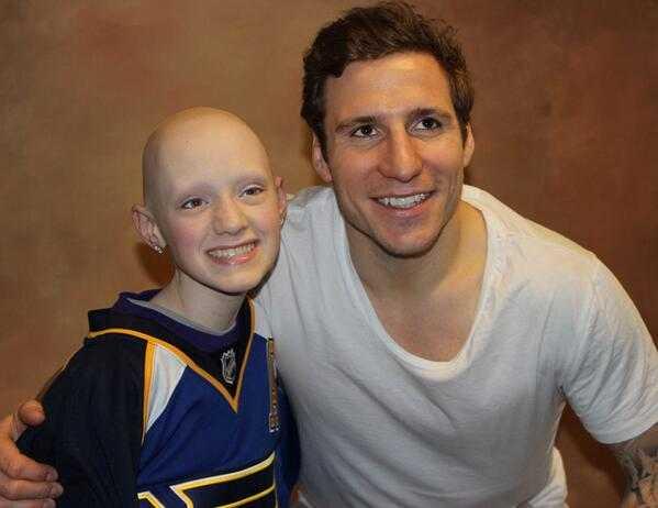 Holley, här med Alexander Steen, har precis avslutat strålbehandlingen och har bekämpat tre typer av cancer.