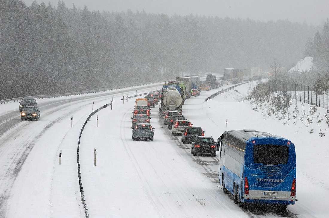 Gammelsta, Nyköping Norrgående körfält på E4 blockerades av två långtradare blockerade. Först efter knappt två timmar kom trafiken igång igen.Foto: PONTUS STENBERG