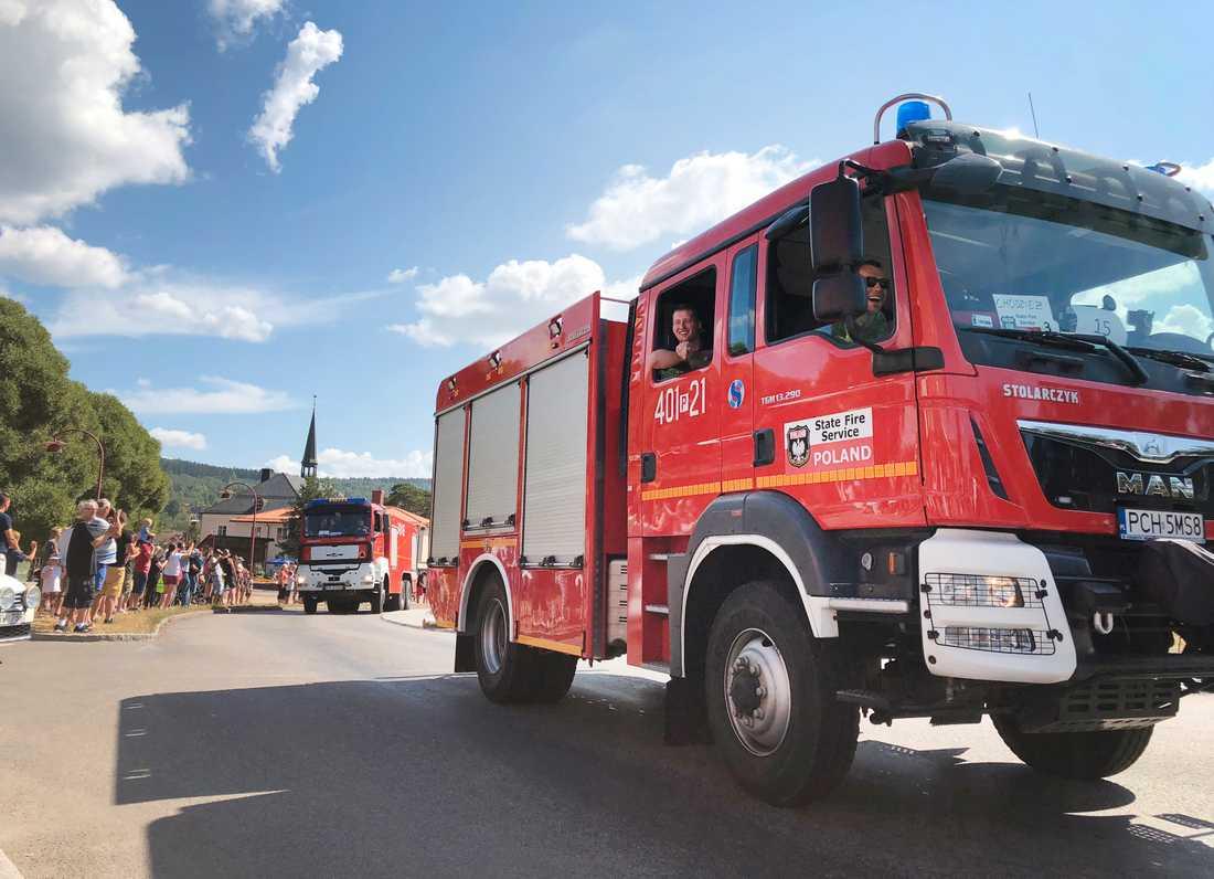 Sverige fick hjälp från flera andra länder för att släcka bränderna. Här passerar en konvoj av med polska brandbilar Rättvik på väg norrut.