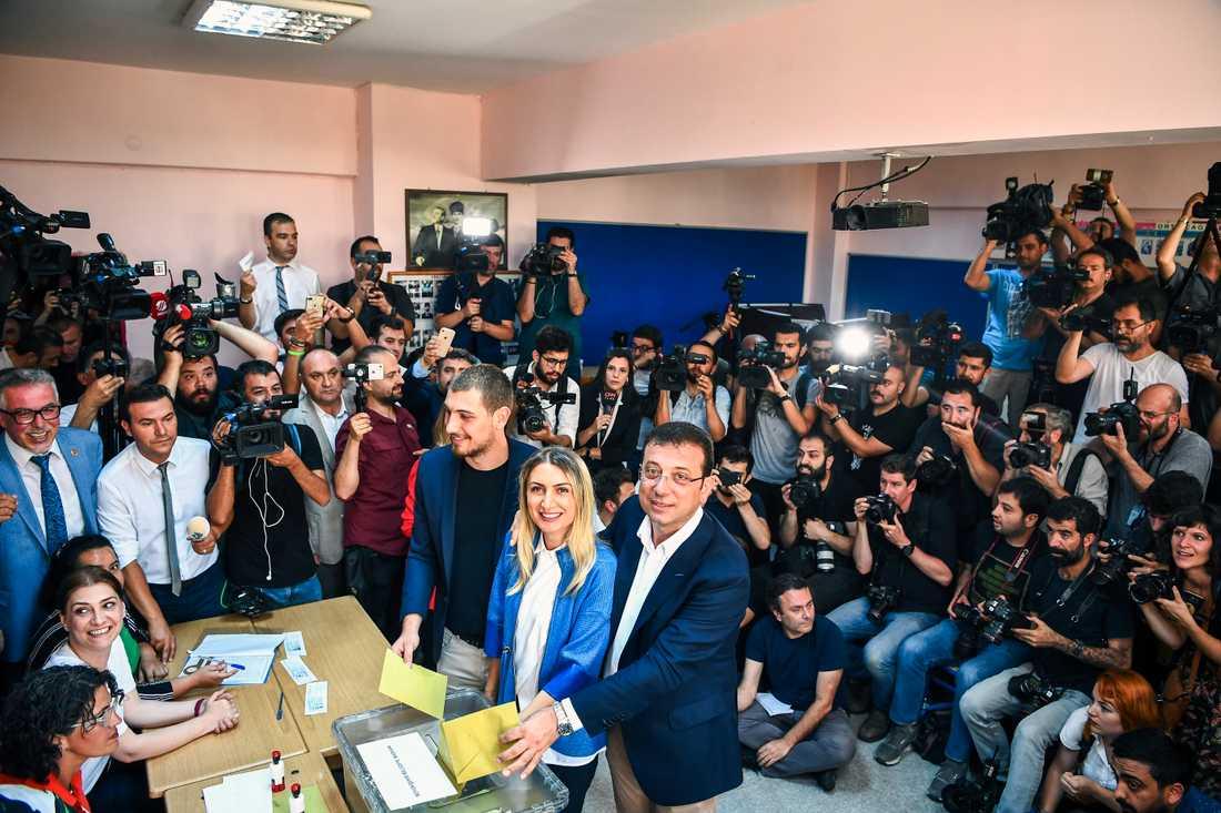 Ekrem Imamoglu (till höger), borgmästarkandidat för det sekulära oppositionspartiet CHP, röstar tillsammans med sin hustru och son i en vallokal i Istanbul.