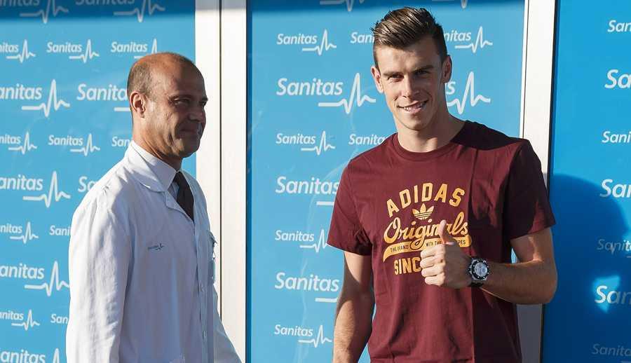 Gareth Bale på läkarundersökningen – och ger tummen upp.