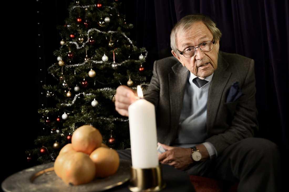 Under tre decennier ledde var han julvärd för SVT:s sändningar på julafton.