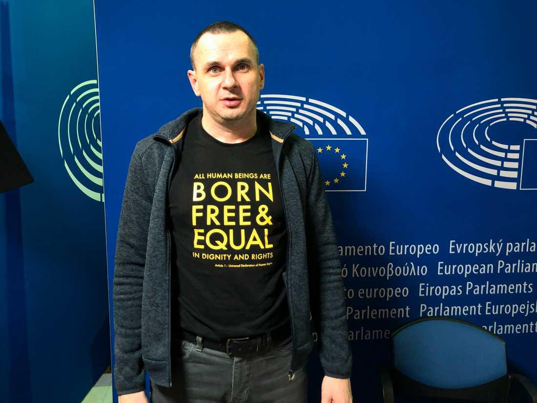 """""""Född fri och jämlik"""", är budskapet på Oleg Sentsovs tröja i EU-parlamentet i Strasbourg."""