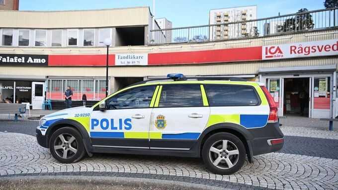 Polis på plats i Rågsved i södra Stockholm