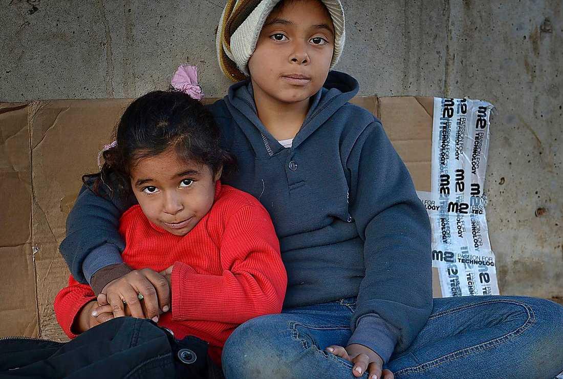 Lillasyster Maha, 8, kryper ihop i två år äldre storasyster Aishas famn.