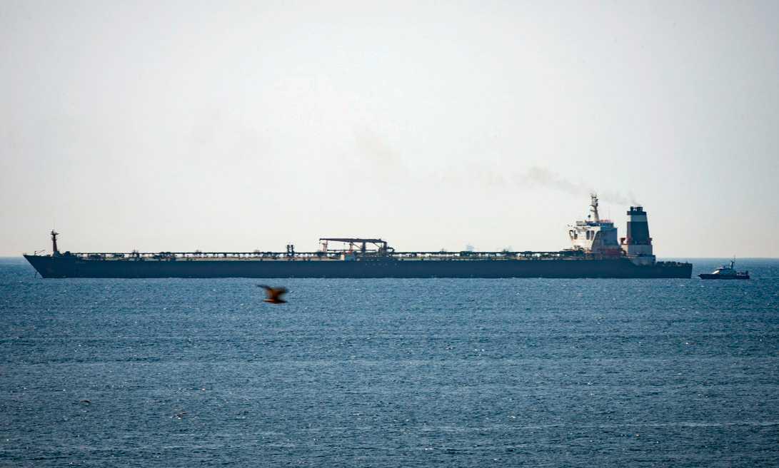 En iransk oljetanker har stoppats utanför Gibraltar och besättningen förhörs.