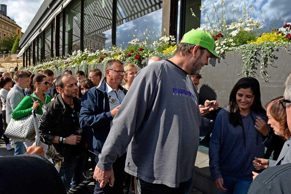 Folk köar för att få en autograf av Angus Young. Totalt skrev Angus Young ett 50-tal autografer.
