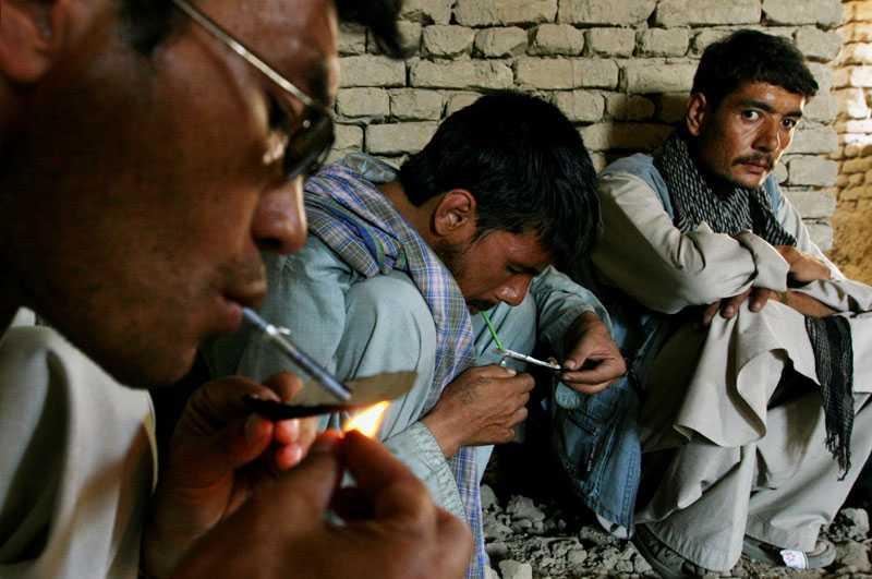 Afghanska narkomaner röker heroin i staden Ghazni väster om Kabul.