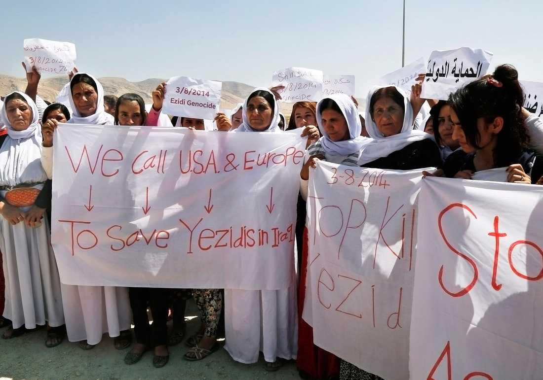 Jezidiska kvinnor demonstrerade mot islamiska staten i Dohuk, norra Irak, den 3 augusti. För ett år sedan invaderade IS jezidernas hemtrakter och börjat röva bort kvinnor och barn.