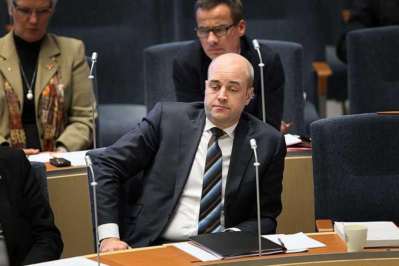 UNDER BUDGETDEBATTEN i riksdagen i går började Fredrik Reinfeldt att känna sig trött – så trött att han inte kunde hålla ögonen öppna.