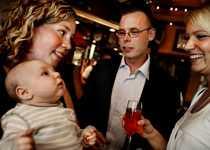 Festbebis Malin Hansson i fd 9B har fått två barn. Den yngsta fick följa med på kalas.