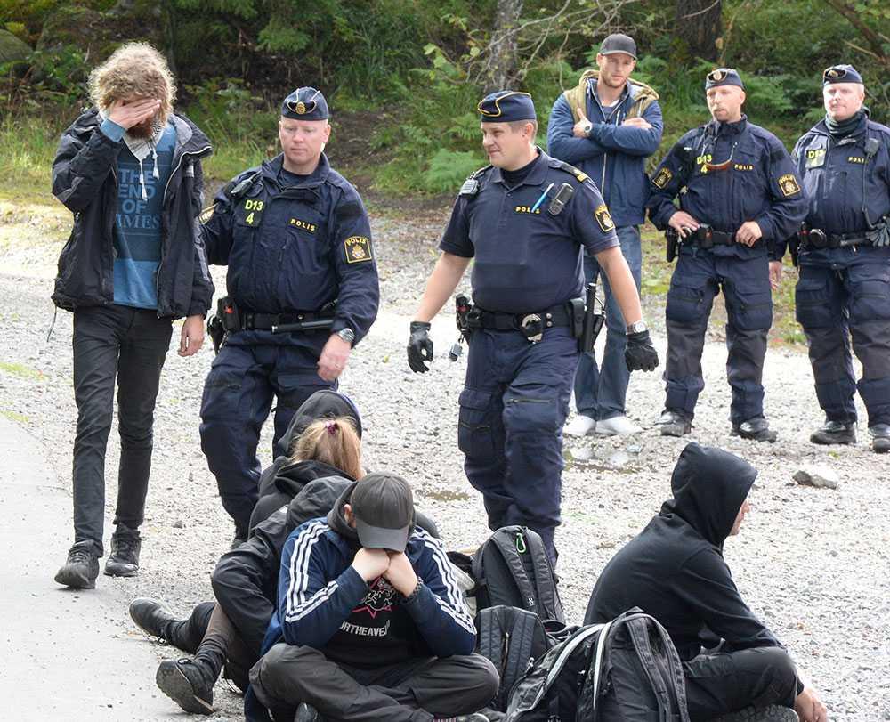 Utanför huset har polisen samlat ett 30-tal ungdomar som sitter i led på marken.