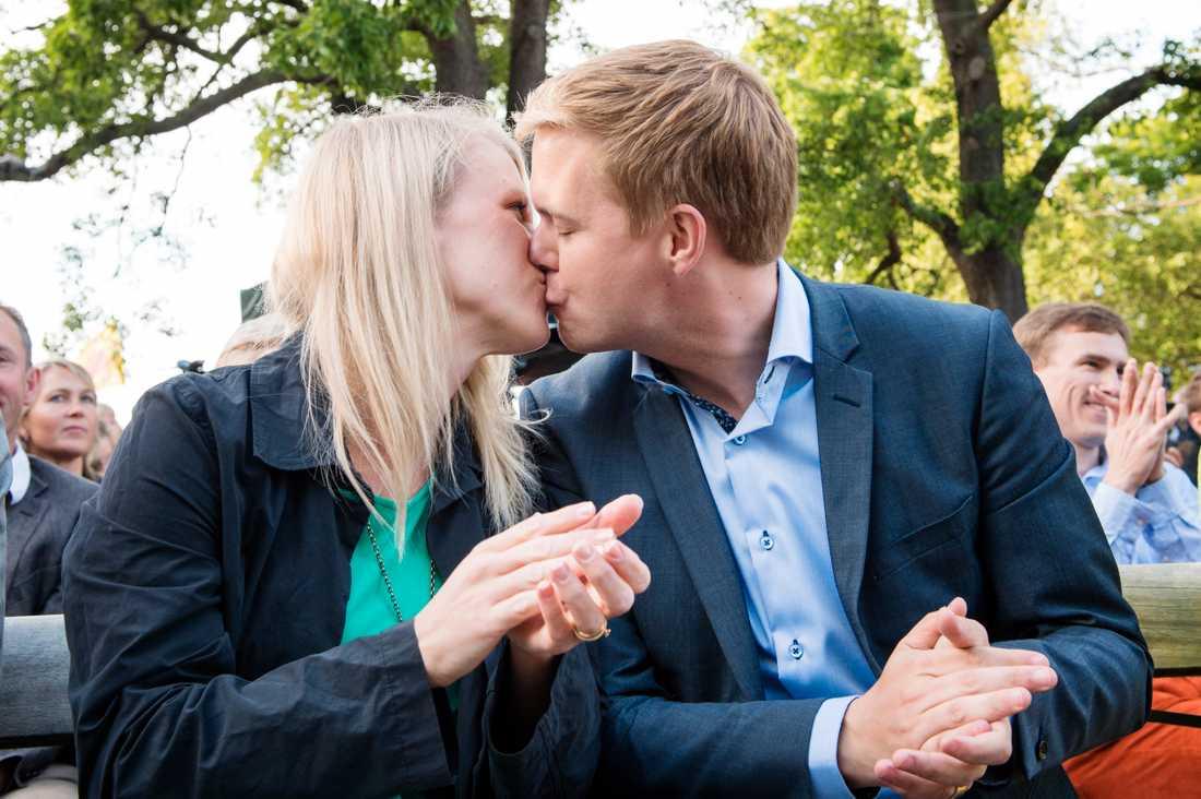 Gustav och Jennie Fridolin pussas under Almedalsveckan 2014.