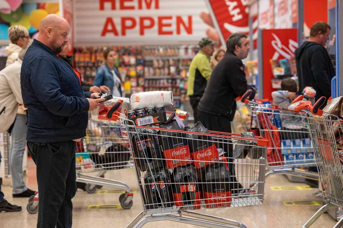 Den riktiga anstormningen har uteblivit, men det var ändå många norska shoppare i Charlottenberg på lördagen.