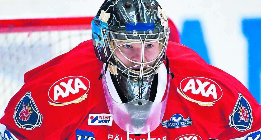 Riku Helenius skulle bli Södertäljes givna målvaktsetta den här säsongen, men har konkurrerats ut av Pontus Sjögren under hösten. Nu kommer nästa tunga slag.