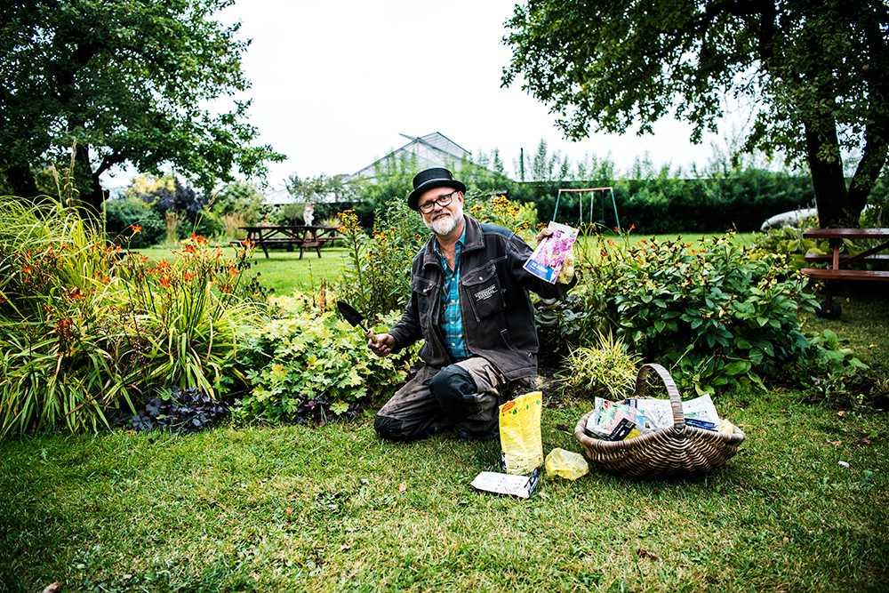 September är här. Dags att plantera vårlöken. Bosse Rappne håller i spaden.