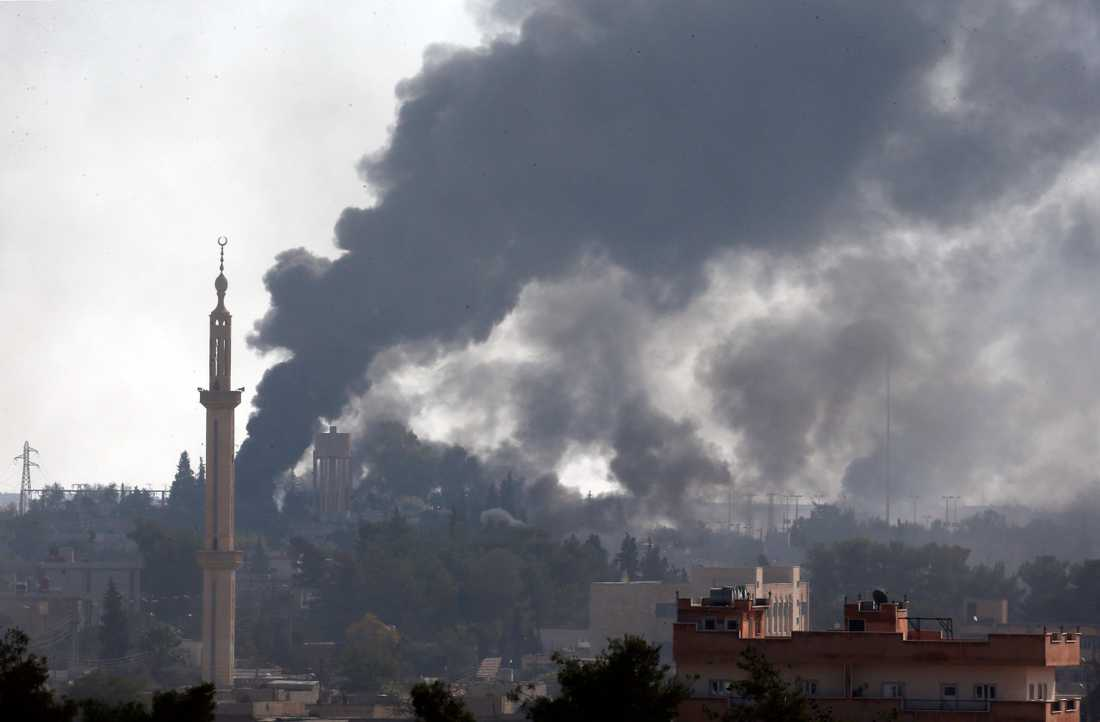 Foto taget från Akcakale i Sanliurfa mot mål på den syriska sidan av gränsen. Bild tagen den 10 oktober.