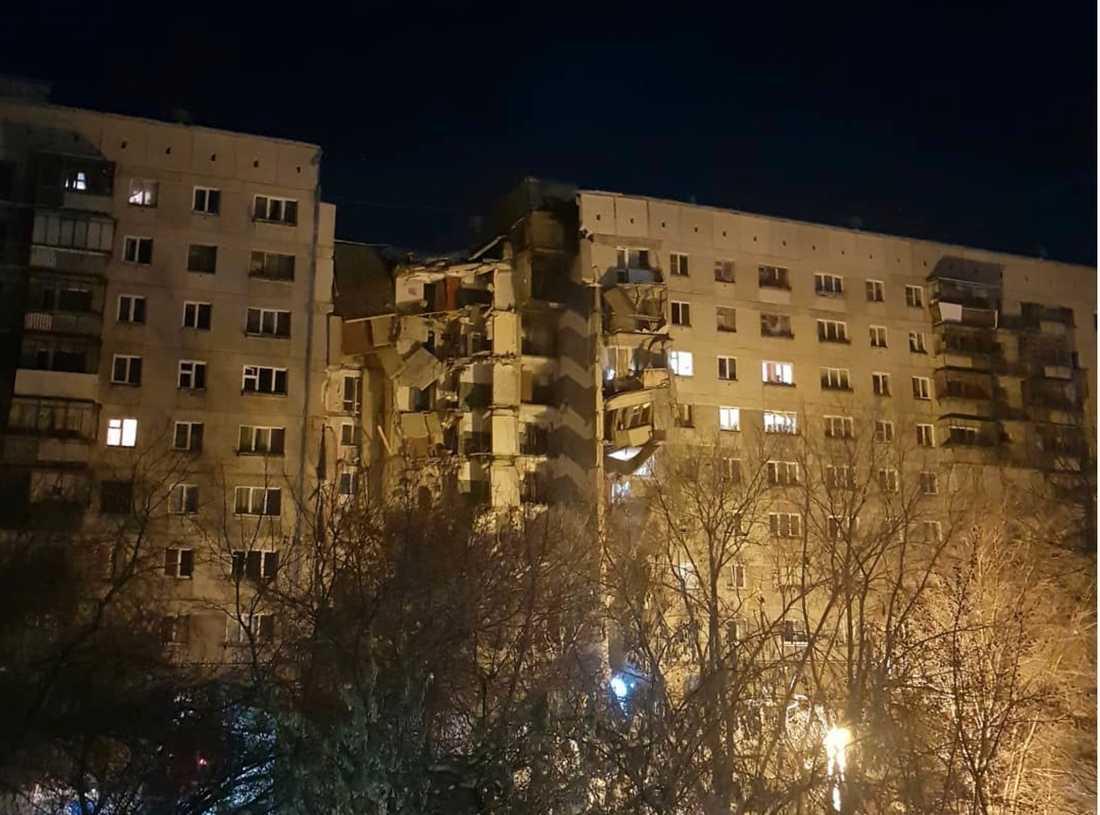 Minst fyra personer har dött och 79 saknas efter att  ett höghus i Magnitogorsk i södra Ryssland rasat ihop.