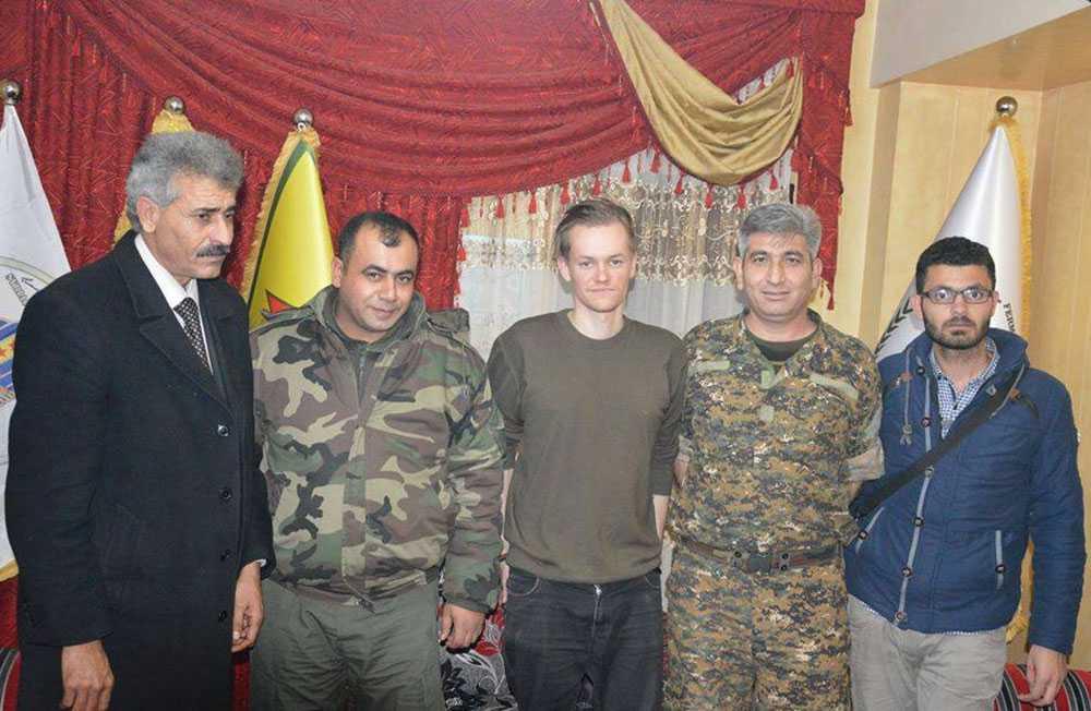 Joakim Medin, i mitten, på första bilden efter frisläppandet. Till höger kurdiske journalisten Sabri Omar som också hölls fången.
