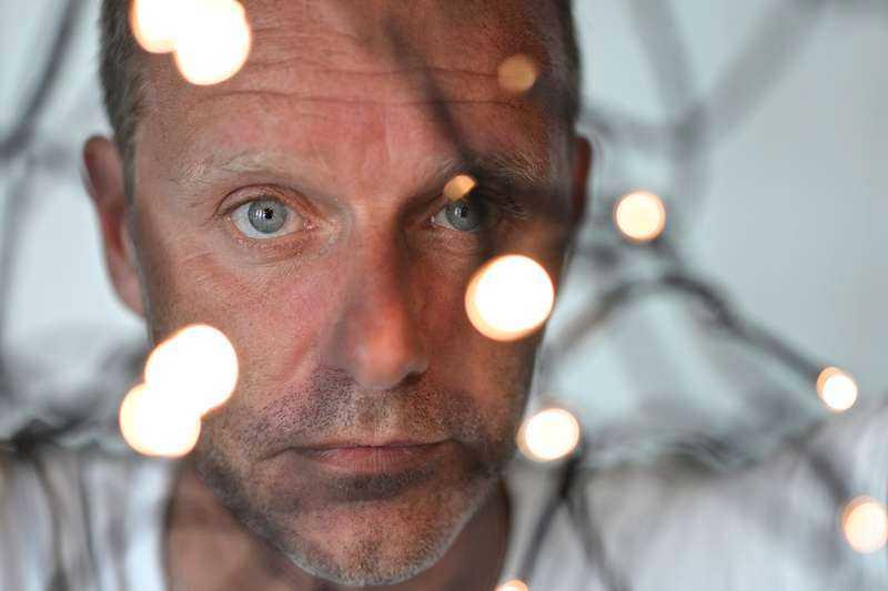"""John Ajvide Lindqvist (född 1968) återkommer till vampyrer, blod och mobbade barn i """"Rörelsen""""."""