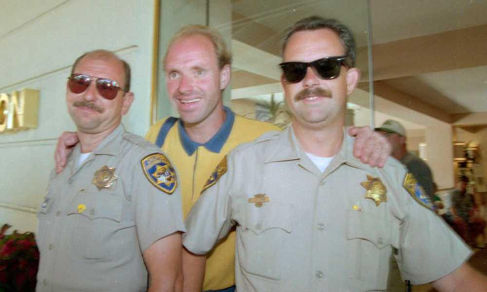 Spexaren Ravelli med två glada poliser.