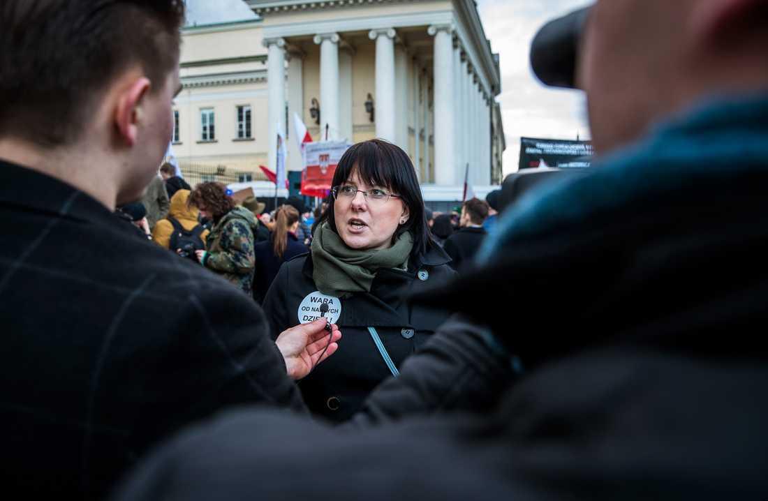 EU-valet i Polen. Demonstration mot sexualundervisning i skolan och HBTQ utanför borgmästarens kontor i Warszawa.