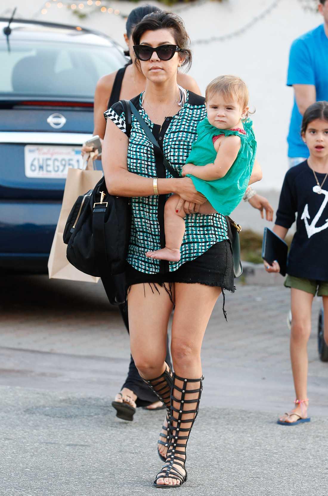 Kourtney Kardashian I Malibu med sin familj.