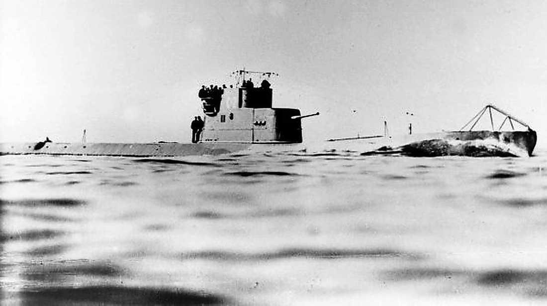 Sovjetunionens ubåtar utgjorde ett stort hot mot den tyska marinen under andra världskriget. Nu misstänker den svenske före detta ubåtskaptenen Anders Autellus att det mystiska fyndet på Östersjöns botten kan vara en del av naziregimens hemliga vapen mot de ryska farkosterna – ett slags ubåtsspärr.