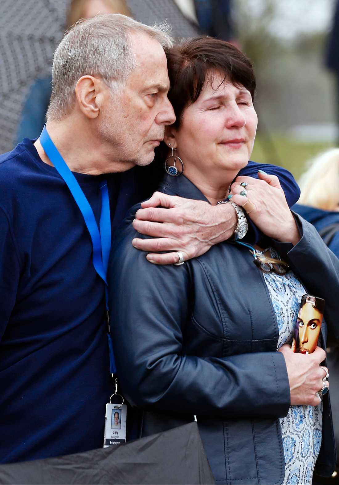 Fans samlas utanför Paisley Park efter beskedet om Prince död.