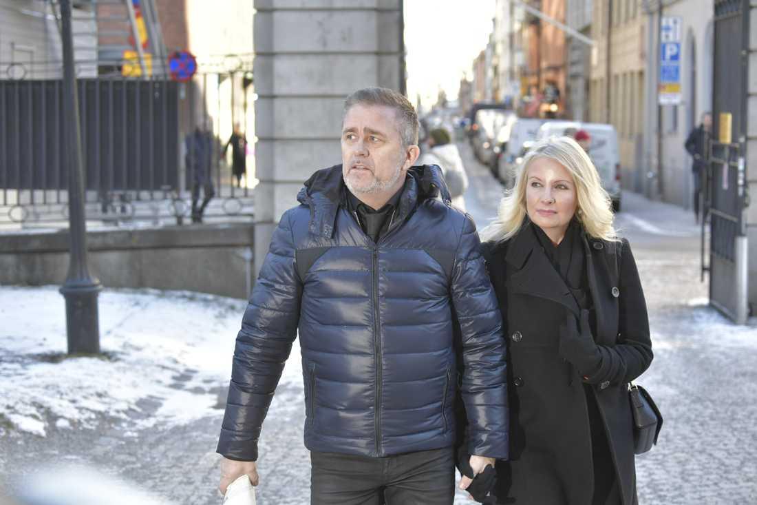 Jan Johansen anländer till kyrkan tillsammans med flickvännen Jenny Sandberg.
