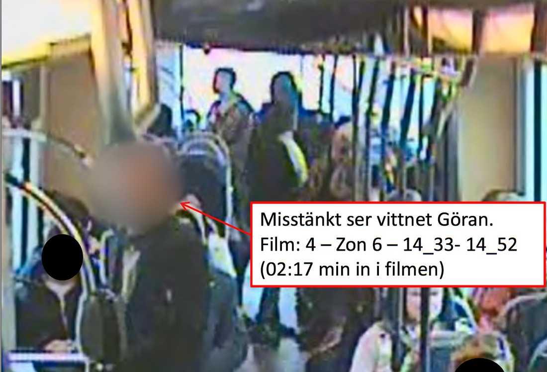 Här upptäcker gärningsmannen att vittnet Göran Malm står utanför spårvagnen. Han försöker då springa ifrån platsen.
