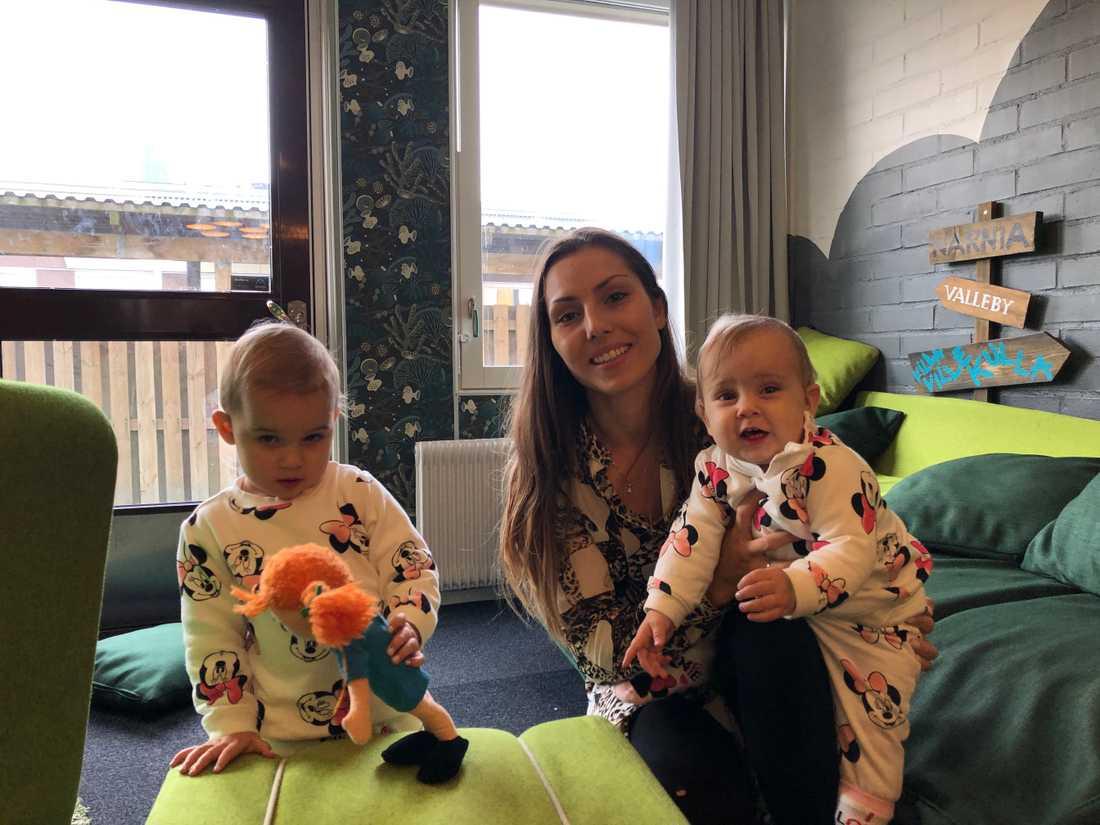 Istället för att gå i förskolan är Melek och Lailah hemma med mamma Jasmina.