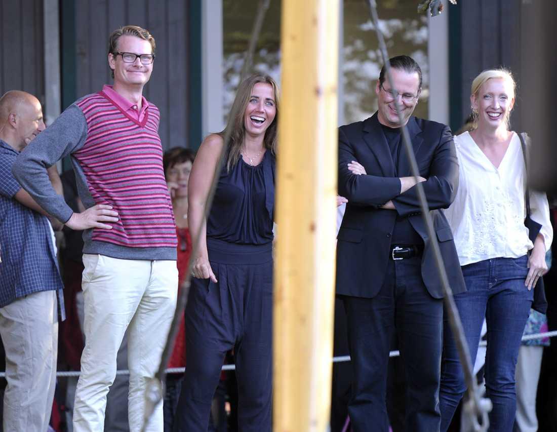Statsministern rev ner skratt från sina partikamrater. Per Schlingmann, Filippa Reinfeldt, Anders Borg och Sofia Arkelsten.