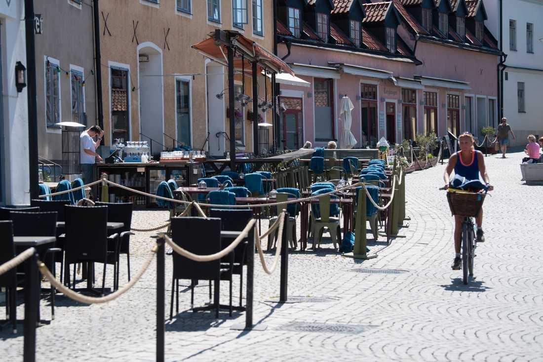 Tomma uteserveringar och glest med folk på stora torget i Visby i början på juni.