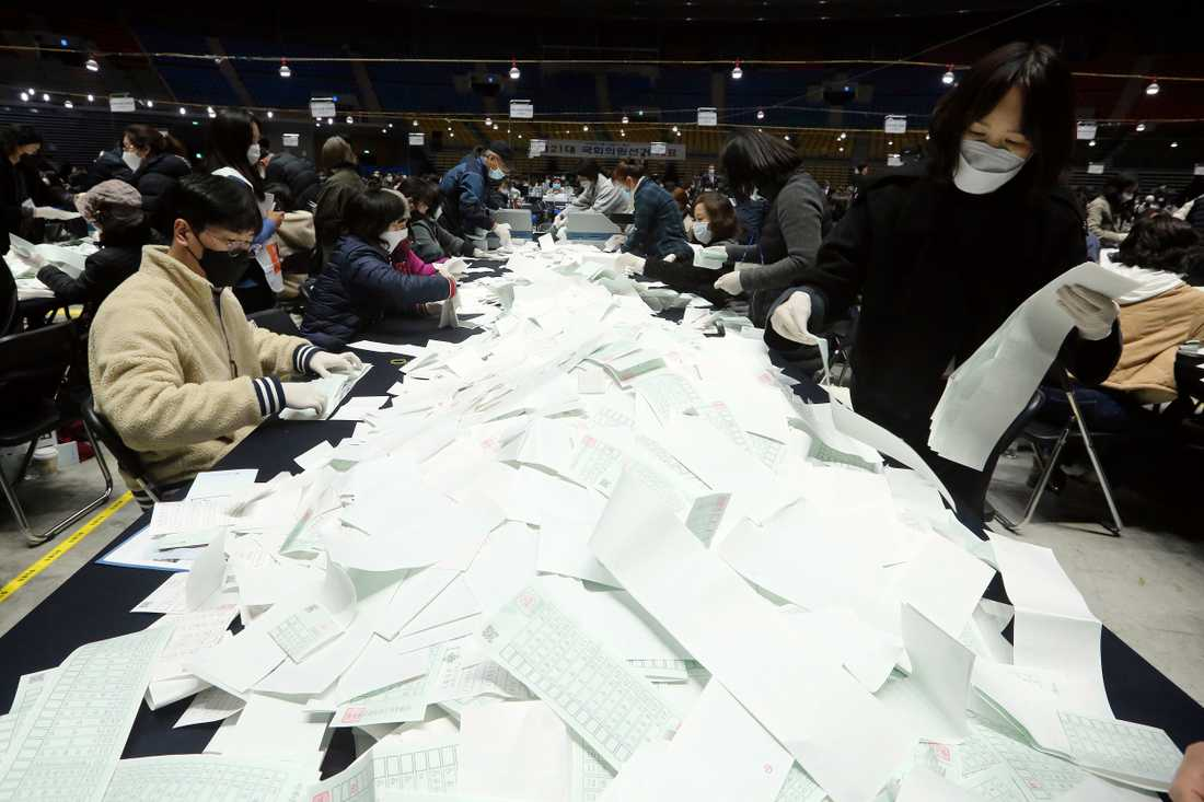 Sydkoreanska valarbetare sorterar röster efter parlamentsvalet.