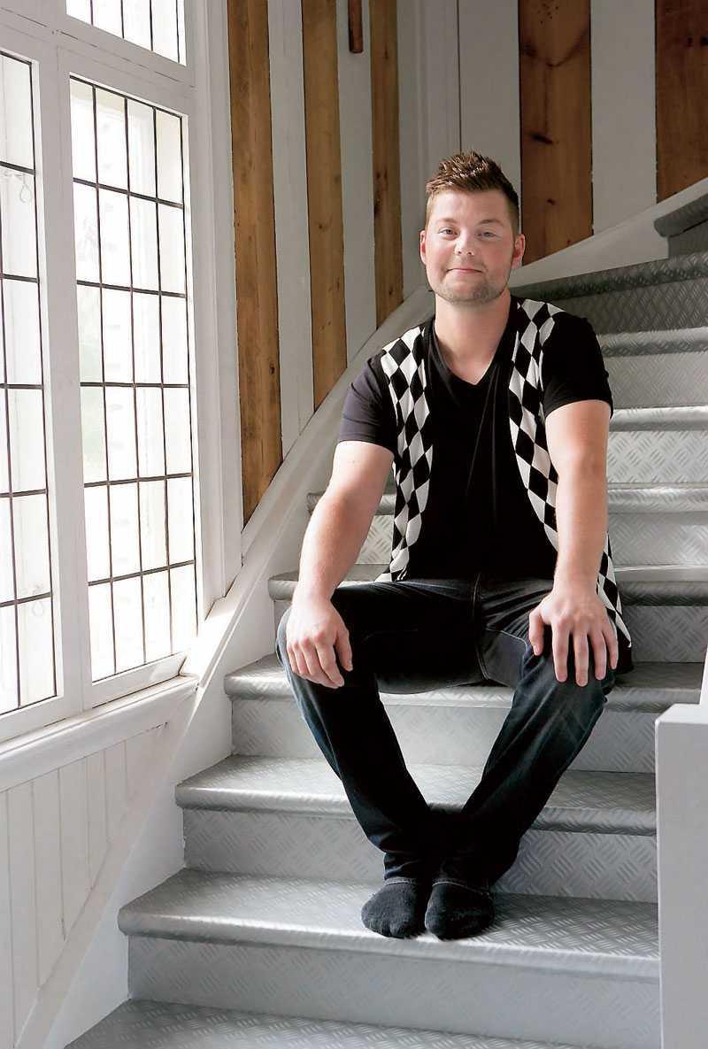 Andreas sitter i trappan som påminner om en kall och hård industritrappa med sina räfflade steg, men i själva verket är det en mjuk vinylmatta.